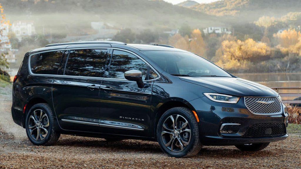 Chrysler Pacifica 2021 en el lago