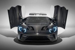 Ford GT 2020 negro con las puertas de ala abiertas