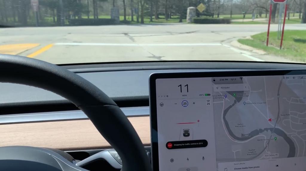 El software de Tesla más reciente incluye la capacidad de reconocer automáticamente las señales de alto